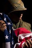 E.U. Marine Vietnam War que guarda a bandeira americana foto de stock