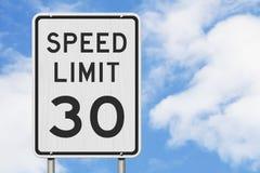 E.U. sinal do limite de velocidade de 30 mph imagens de stock