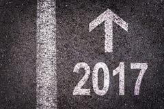 2017 e una freccia scritta su una strada asfaltata Fotografie Stock Libere da Diritti