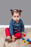 1 e una mezza neonata di un anno dell'interno Fotografie Stock