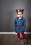 1 e una mezza neonata di un anno dell'interno Fotografie Stock Libere da Diritti
