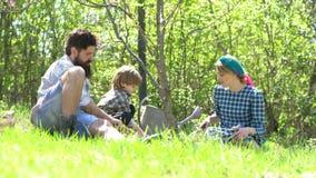 E Uomo che pianta in terra Mamma e figlio del pap? che giocano insieme Lavoro felice degli agricoltori della famiglia archivi video