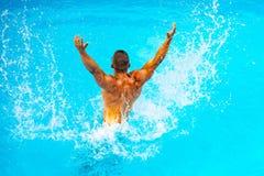 E Vakantie bij paradijs Vakantie E Jonge mens het zwemmen royalty-vrije stock afbeelding