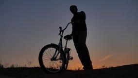 E Viajante da luz solar do nascer do sol do por do sol da silhueta do curso Fotografia de Stock Royalty Free