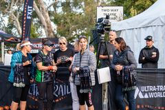 E Vrijwilligers die medailles uitdelen bij de afwerkingslijn royalty-vrije stock foto