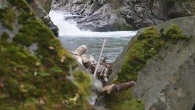 E Zamyka up woda spada nad kamieniami w zwolnionym tempie r zbiory wideo