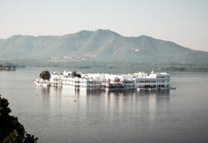 """See Pichola, Udaipur-Stadt, indischer Staat von Rajasthan, im Mai 2019 †""""künstlicher Süßwassersee, genannt nach Picholi-Dorf Zw stockfotos"""