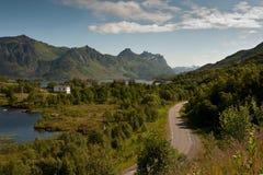 E10 - les torsions de route principale à travers Lofoten Photos stock