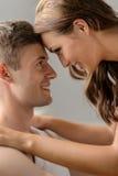 浪漫心情。关闭看eac的美好的年轻夫妇 库存照片