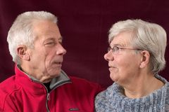 eachother пар смотря старшей Стоковая Фотография RF