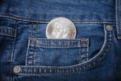 Eagle Coin argenté dans votre poche de jeans image stock
