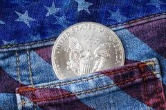 Eagle Coin argenté dans votre poche de jeans photos stock