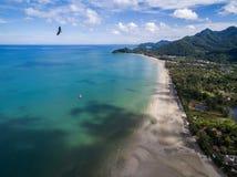 Eagle, das über Strand und blaues Meer in Koh Chang fliegt Lizenzfreies Stockfoto