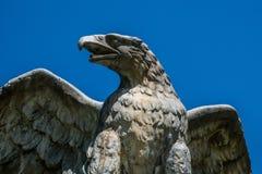 Eagle des Steins gegen einen klaren blauen Himmel Stockfotos