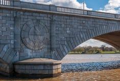 Eagle Emblem Stonework sul ponte commemorativo di Arlington - Washin fotografia stock
