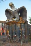 Eagle erfasst einen Fisch in seinem Nest nahe Millersburg, Oregon Lizenzfreie Stockfotos