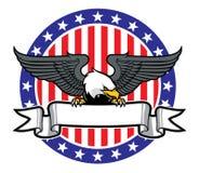 Eagle fattande ett band med USA-flaggan som bakgrund Arkivfoto