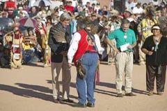 Eagle Feather Smudging do senador e da Sra. John Kerry pelo Presidente do Conselho intertribal, Gallup, nanômetro fotografia de stock royalty free