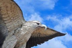 Eagle flugaskulptur Arkivbild