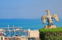 Eagle garde la porte aux jardins de Bahai et donne sur le paysage urbain et la côte de Haïfa photo libre de droits