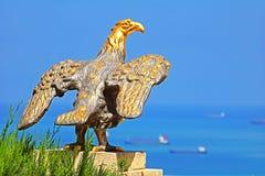 Eagle garde la porte aux jardins de Bahai et donne sur le paysage urbain et la côte de Haïfa images libres de droits