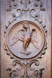 Eagle grawerował na drewnianym portalu antyczny kościół Zdjęcie Stock