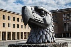 Eagle head kroppsstorleken på den Tempelhof flygplatsen, Berlin Royaltyfri Bild