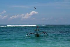 Eagle In himlen över havet och fiskebåten Arkivfoton