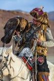 Eagle Hunter bei der Jagd zu den Hasen mit von Steinadlern auf seinen Armen in den Bergen von Bayan-Olgiiaimag Lizenzfreie Stockbilder