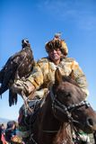 Eagle Hunter dorato kazako ad abbigliamento tradizionale Fotografie Stock