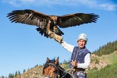 Eagle Hunter rymmer hans örnar på hästrygg royaltyfria bilder