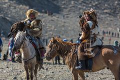 Eagle Hunters dourado na roupa tradicional Imagens de Stock Royalty Free