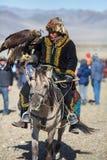 Eagle Hunters dourado na roupa tradicional Imagens de Stock