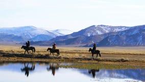 Eagle Hunters mongol con el cazador bien entrenado del águila en su brazo que monta a caballo metrajes