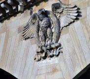 Eagle impérial magnifique sur le linteau du d'Iéna de Pont, vue de rivière de Siene, Paris Photos stock