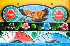Eagle innehavorm som rov på en dekorerad pakistansk lastbil royaltyfri bild