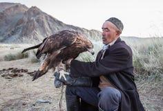Eagle-jager die zijn adelaar houden Stock Foto