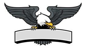 Eagle maskot som klämmer tecknet Arkivbilder