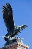 Eagle mit einer Klinge in den Tatzen Lizenzfreies Stockfoto