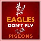 Eagle ne volent pas avec la citation de conseil de la vie de pigeons Photographie stock libre de droits