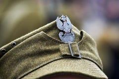 Eagle Polen emblem på locket av en soldat från WWII under historisk rekonstruktion arkivbild
