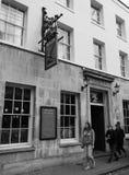Eagle Pub i Cambridge i svartvitt arkivbilder