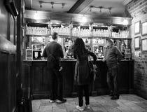 Eagle Pub i Cambridge i svartvitt royaltyfri bild