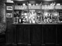 Eagle Pub i Cambridge i svartvitt royaltyfria foton