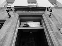Eagle Pub i Cambridge i svartvitt royaltyfria bilder