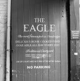 Eagle Pub i Cambridge i svartvitt royaltyfri fotografi