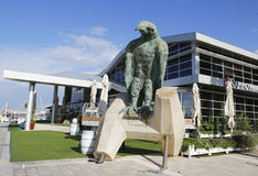 Eagle-Skulptur durch Ilana Goor in Hertzlija-Jachthafen Stockfotografie