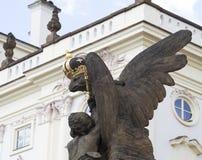 Eagle-Skulptur mit Krone Stockfoto