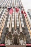 Eagle Statue e bandiere americane fuori di Madison Square Garden I Fotografia Stock