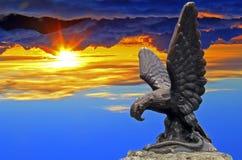 Eagle-Statue mit Sonnenuntergang Lizenzfreie Stockfotografie